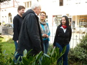 Foto: Gespräch auf dem Rasen über Einzelheiten