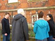Foto: Ein abschliessendes Gespräch zu viert am Zaun des altes Pfarrhauses