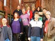 Gruppenfoto auf der Treppe des alten Pfarrhauses