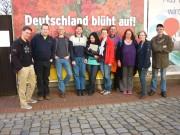 Gruppenfoto vor Plakatwand (1)