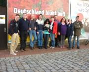 Gruppenfoto vor Plakatwand (2)