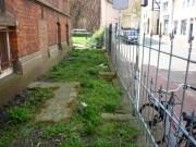 Foto: Der schmale Streifen Vorgarten am Pfarrhaus