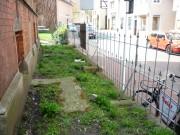 Der Vorgarten des Pfarrhauses wird am 4. Mai bepflanzt