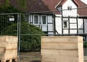 Im Hintergrund ein Fachwerkhaus am Simeoniskirchhof