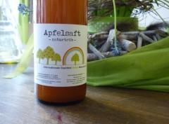 Diese Flasche Apfelsaft wurde aus Hannover mitgebracht.
