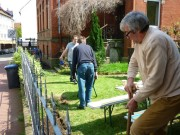 Karl-Heinz macht den Beetbereich am Zaun klar