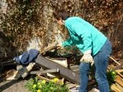 Bettina beim Entsorgen der Müllecke