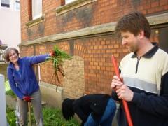 Beim Aufbereiten der Fläche für die Beete: Ute, Andrea (gebückt) und Stefan
