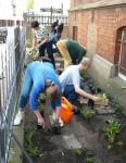 Projektstart: Bepflanzen des Pfarrhaus-Vorgartens