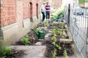 Der fertig bepflanzte Vorgarten des altstädtischen Pfarrhauses