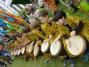 Das Ratsgymnasium mit Trommlern und Tanzgruppe