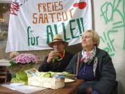 Manfred und Christiane unter dem Saatgut-Banner