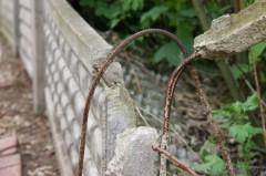 Die kaputte Grenzmauer eines MIndener Brachengrundstücks
