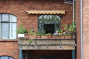 Balkon einer Wohnung neben demehemaligen Schulgebäude