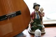 Gitarre und Porzellanfigur im Schaufenster
