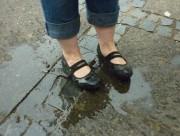 Andrea hat versehentlich ihre Schuhe gegossen. ;)