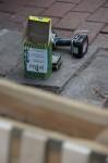Akkuschrauber und ein Karton Schraumen