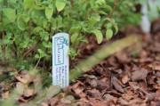 Ein kleines Schild weist auf die Kräutergärtnerei Urkraut hin
