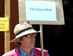 Karl-Heinz mit Teamschild Mischgemüse