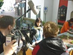 Andrea beantwortet vor der Kamera Fragen
