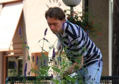 Fabian bei der Beetpflege am Kaak